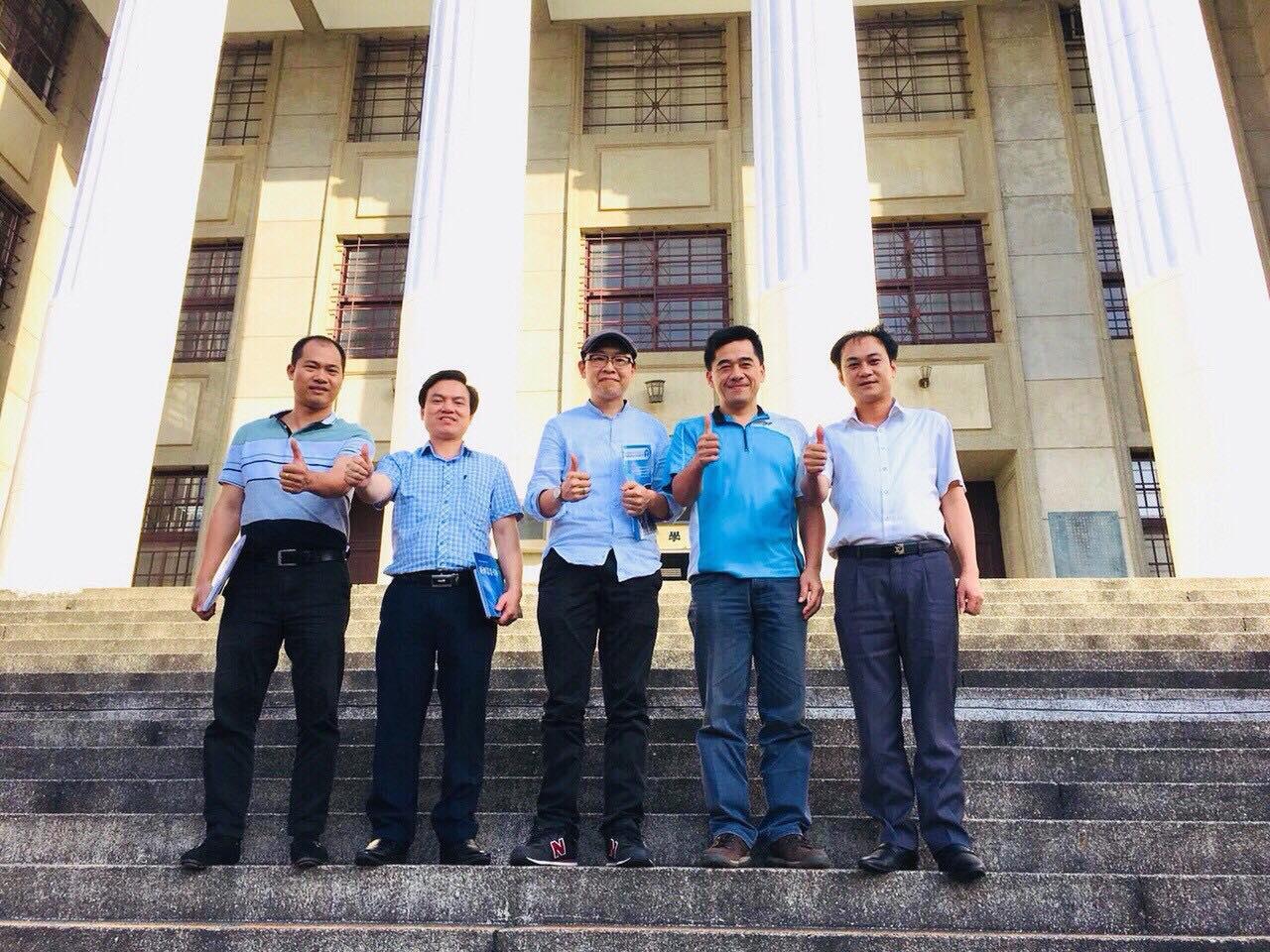 Lãnh đạo hai nhà trường chụp ảnh lưu niệm tại Học viện Kỹ thuật Hoa Hạ - Đài Loan